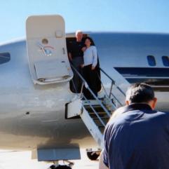 Clinton und Maxwell im Flieger von Epstein (2002)